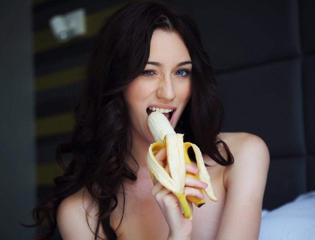 что брюнетка и банан незамысловатым, всегда кажется